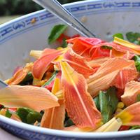 Salade composée à l'hémérocalle et coquelicot