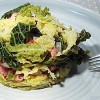 Recette de chou vert frisé, oignons, saucisses et lardons